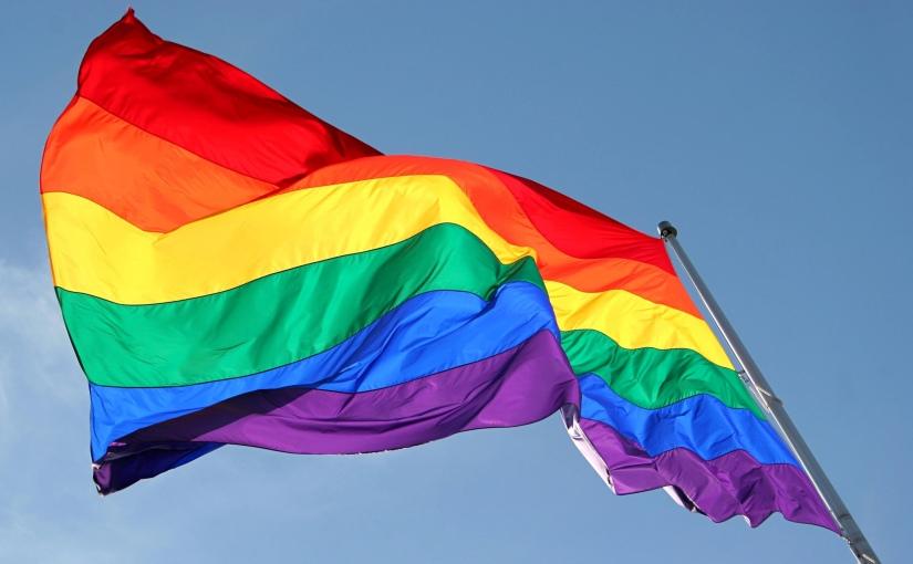 Orgullo LGBTTTIQ+ en cincohimnos